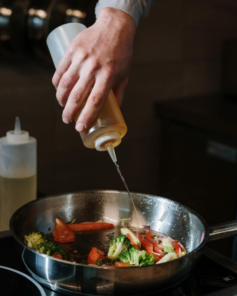 Poêle en inox légumes et huile